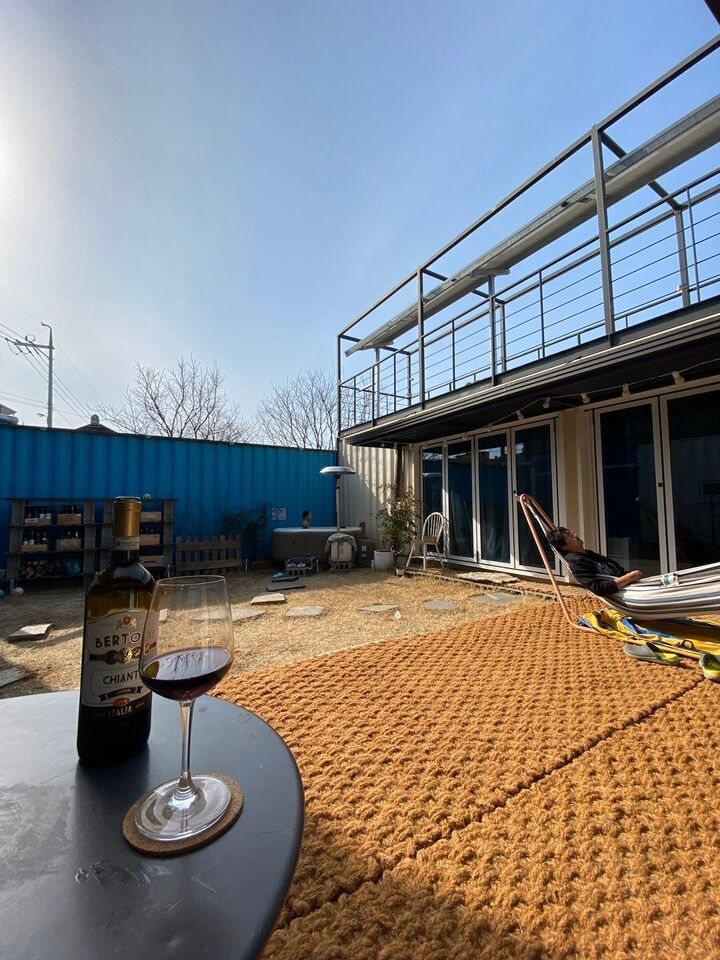 Container House Located in the Seaside Village of Seoul 3