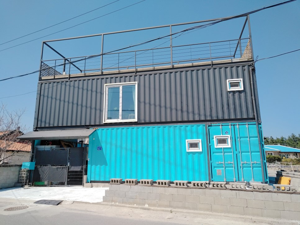 Container House Located in the Seaside Village of Seoul 34