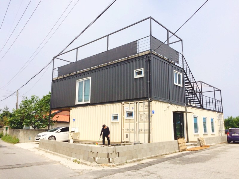 Container House Located in the Seaside Village of Seoul 37