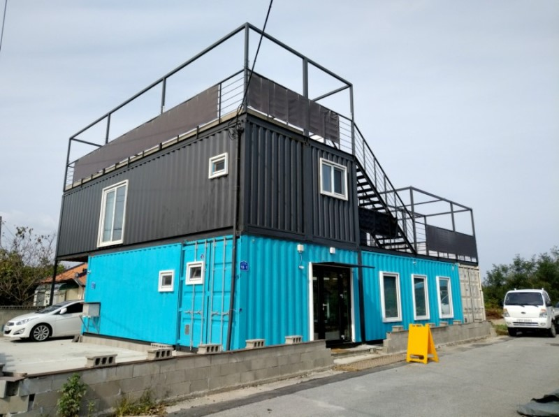 Container House Located in the Seaside Village of Seoul 38