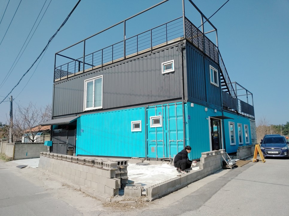 Container House Located in the Seaside Village of Seoul 39