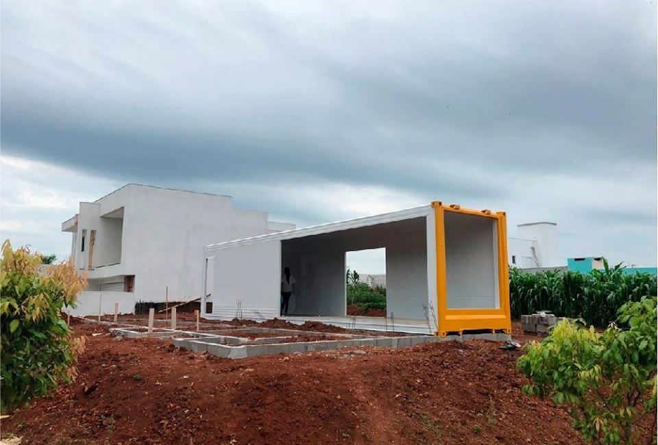 House Made with the Harmony of Concrete and Shipping Container from Brazil 10